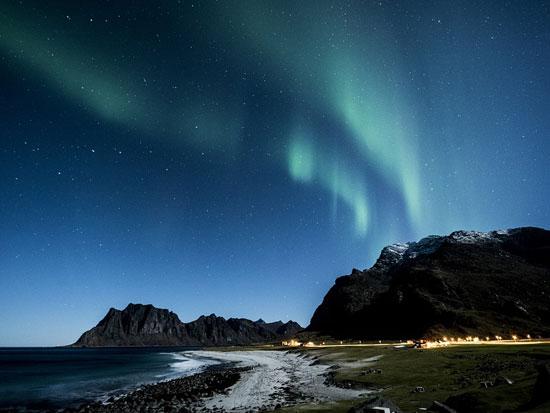 immagine per aurora boreale e husky safari